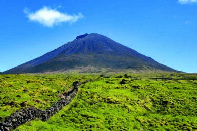 Vulkan Pico mit saftig grüner Landschaft und strahelnd blauem Himmel auf den Azoren