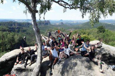 Jugendliche posieren mit Ausblick auf die Sächsische Schweiz