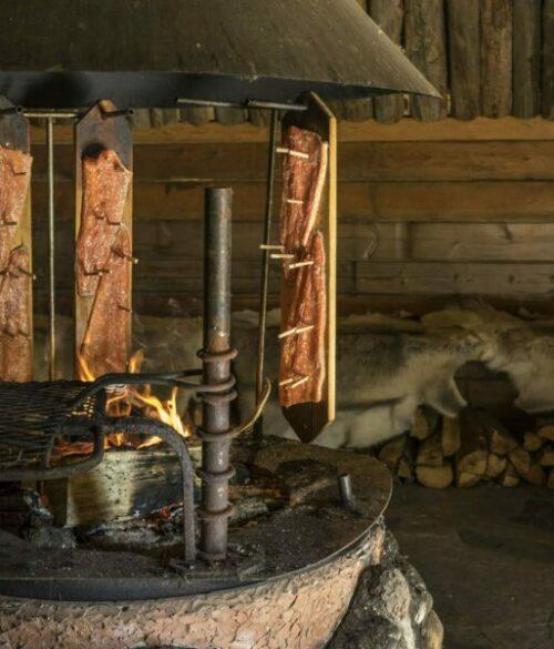 Flammlachs-auf-kulinarischer-Finnland-Reise