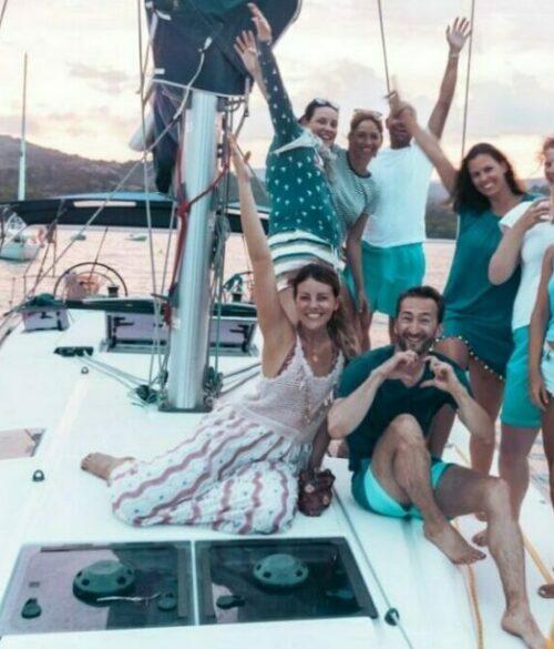 Eine fröhliche Reisegruppe auf einem Segelboot im Mittelmeer