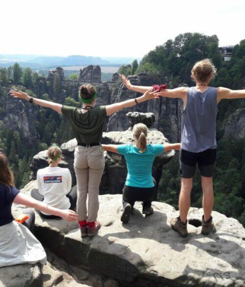 Jugendliche genießen die Aussicht auf Reisen in der Sächsischen Schweiz