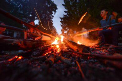 Stockbrot am Lagerfeuer mit jungen Reisenden