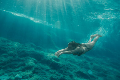 Frau taucht im Mittelmeer während Segelreise