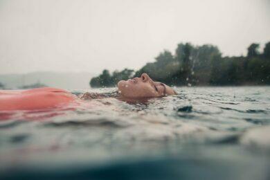 Erholung im Wasser während Segelreise