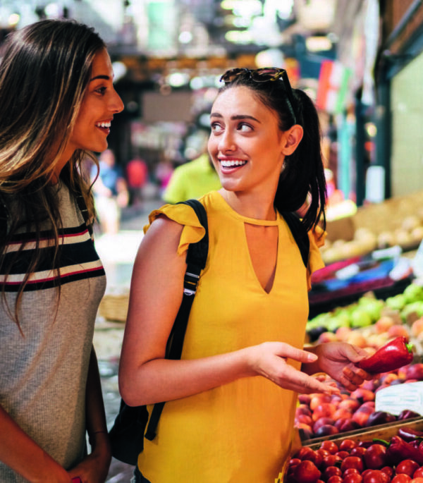 Nachhaltig reisen und Einheimischen begegnen auf einem Markt